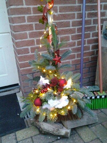 Gezellig maken bij de voordeur dat kan met een Kerstbezem
