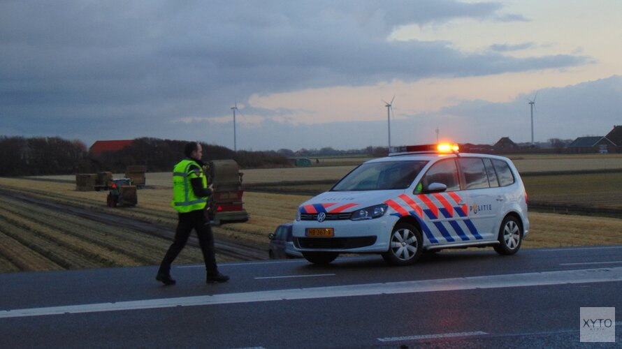 Automobilist rijdt van dijk bij Petten en belandt ondersteboven in de sloot