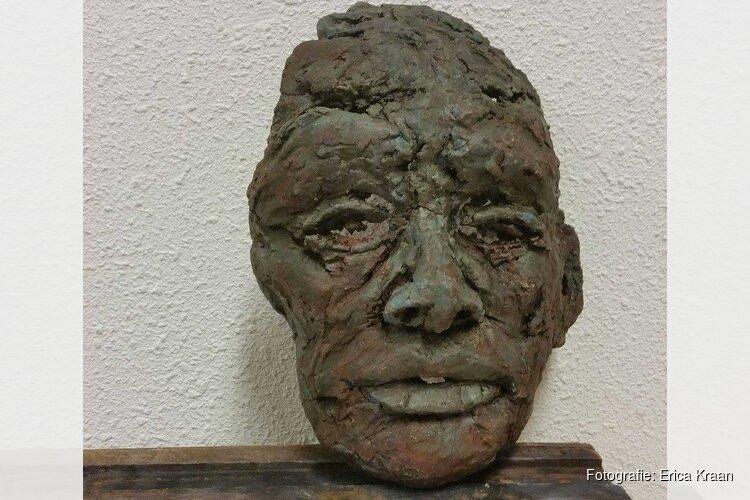 Keramische beelden van Erica Kraan in bibliotheek Tuitjenhorn