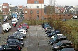Tijdelijk parkeerterrein naast gemeentehuis gaat weg