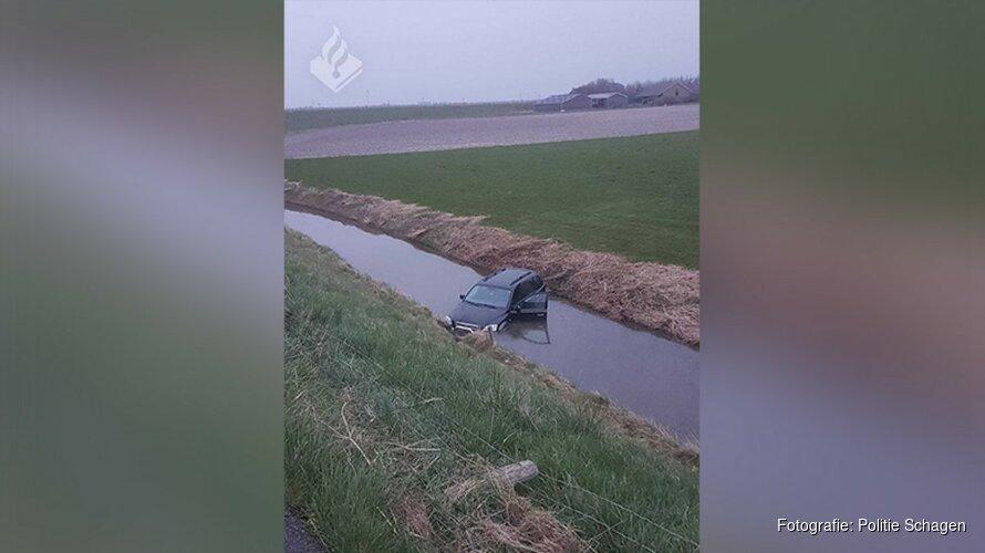 Automobilist belandt in sloot in Schagen