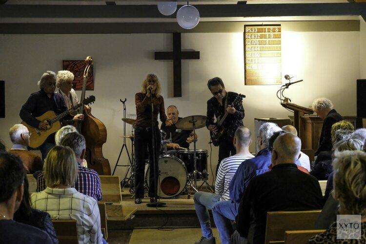 Barrelhouse speelt dak van kerk in Krabbendam