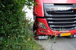 Vrachtwagen tegen auto in Sint Maartensvlotbrug