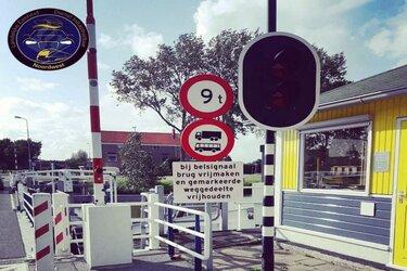Vrachtwagenchauffeur rijdt drie keer met te zware wagen over vlotbrug 't Zand