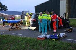 Automobilist botst tegen boom in Waarland: zwaargewond met traumaheli naar ziekenhuis