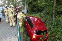 Automobiliste mist brug en rijdt te water