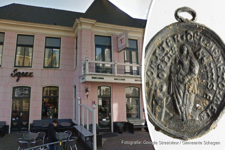 Archeologen vinden bij voormalig hotel Igesz bijzonder pelgrimsinsigne uit 16e eeuw