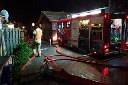 Brand legt bungalow in Winkel in de as, bewoonster gewond