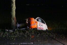 Auto tegen boom in Waarland