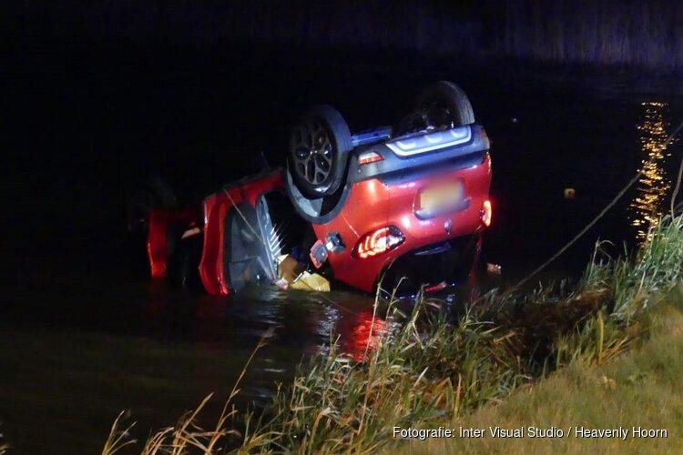 Auto op de kop te water in Schagerbrug