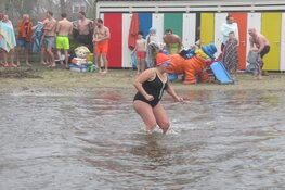 Frisse Nieuwjaarsduik in Zwembad 't Petje