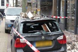 Gevel van gebouw in centrum Schagen volledig ingestort en auto in puin