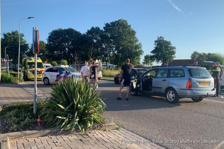 Brommer botst op auto in Dirkshorn, één persoon naar ziekenhuis
