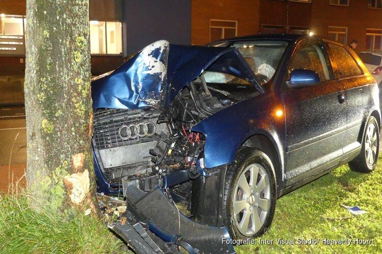 Auto ramt eerst geparkeerde auto en daarna boom, twee gewonden