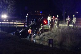 Hulpdiensten treffen auto op de kop in sloot aan, bestuurder gevlogen