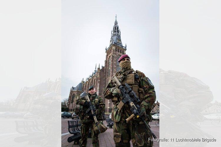 Luchtmobiele militairen presenteren zich in het centrum van Schagen tijdens de landmachtdagen