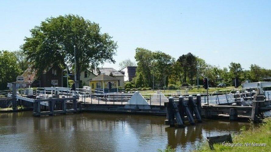 Brug in Schagen gesloten voor zwaar verkeer door slechte staat van houten palen