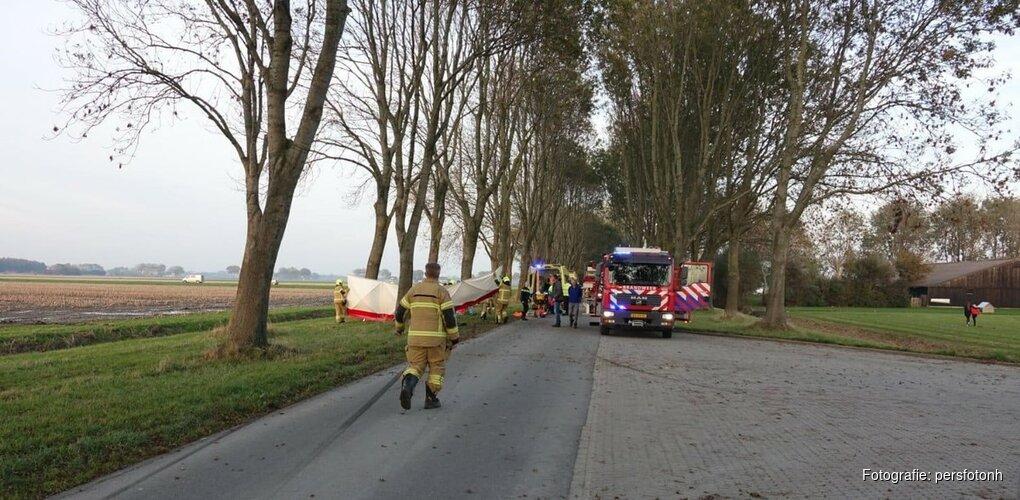 Jonge bestuurder ernstig gewond na botsing tegen boom in Nieuwe Niedorp