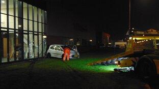 Auto rijdt tegen bedrijfspand in Warmenhuizen